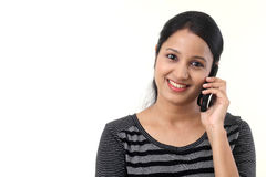 Jeune femme heureuse parlant sur le téléphone portable photo stock