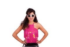 Jeune femme heureuse posant avec des mains sur des hanches Photographie stock libre de droits