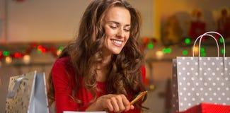Jeune femme heureuse préparant des cadeaux de Noël Photo stock