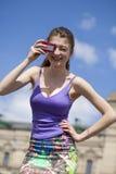 Jeune femme heureuse prenant des photos sur votre appareil-photo Image stock