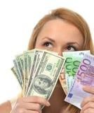 Jeune femme heureuse retardant des dollars et des euros d'argent d'argent liquide Photos stock