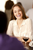 Jeune femme heureuse riant dans un restaurant photo stock