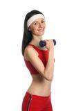 Jeune femme heureuse s'exerçant avec un haltère Images stock
