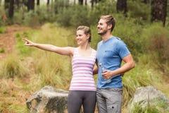 Jeune femme heureuse se dirigeant dans la distance à côté de son ami Image stock