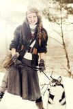 Jeune femme heureuse se tenant avec le chien de chien de traîneau sibérien Photographie stock