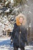 Jeune femme heureuse se tenant sous la neige en baisse Image libre de droits