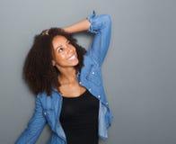 Jeune femme heureuse souriant avec la main dans les cheveux Photographie stock