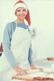 Jeune femme heureuse souriant ayant l'amusement avec des préparations de Noël utilisant le chapeau de Santa Photo stock