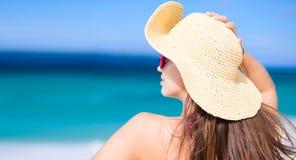 Jeune femme heureuse souriant dans le chapeau de paille avec fermé Photographie stock libre de droits