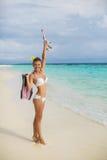 Jeune femme heureuse sur la plage Images libres de droits