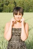 Jeune femme heureuse sur la zone dans la somme Photographie stock libre de droits