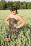 Jeune femme heureuse sur la zone dans le summe Photo stock