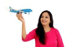 Jeune femme heureuse tenant l'avion de jouet image libre de droits