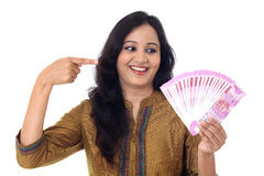 Jeune femme heureuse tenant l'Indien 2000 notes de roupie Photographie stock