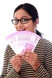 Jeune femme heureuse tenant l'Indien 2000 notes de roupie Photographie stock libre de droits