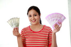 Jeune femme heureuse tenant l'Indien 2000 notes de roupie Image stock