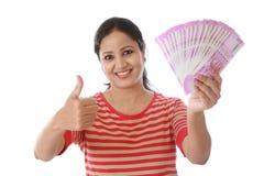 Jeune femme heureuse tenant l'Indien 2000 notes de roupie Images stock