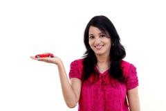 Jeune femme heureuse tenant la voiture de jouet images stock