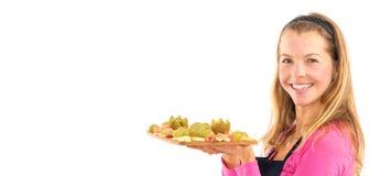 Jeune femme heureuse tenant le fruit frais cru sain de petit déjeuner de vegan photos stock