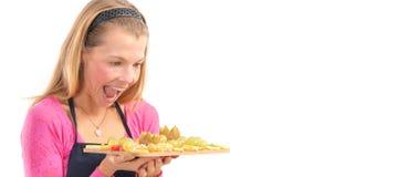 Jeune femme heureuse tenant le fruit frais cru sain de petit déjeuner de vegan photo stock