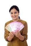 Jeune femme heureuse tenant 2000 notes de roupie Photographie stock