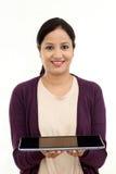 Jeune femme heureuse tenant un ordinateur portable images stock