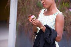 Jeune femme heureuse tenant une jolie fleur image stock