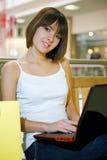 Jeune femme heureux à l'aide d'un ordinateur portatif Photographie stock