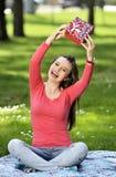 Jeune femme heureux avec des cadres de cadeau Photos stock