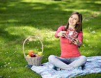 Jeune femme heureux avec des cadres de cadeau Images stock