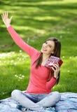 Jeune femme heureux avec des cadres de cadeau Photographie stock libre de droits