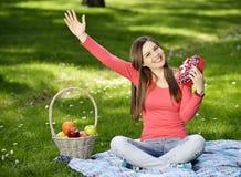 Jeune femme heureux avec des cadres de cadeau Image stock