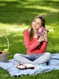 Jeune femme heureux avec des cadres de cadeau Photographie stock