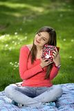 Jeune femme heureux avec des cadres de cadeau Photo stock
