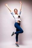 Jeune femme heureux avec des mains vers le haut Photos stock