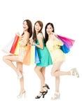 Jeune femme heureux avec des sacs à provisions Images stock