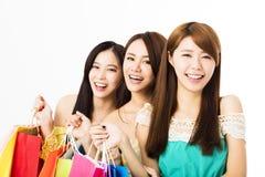 Jeune femme heureux avec des sacs à provisions Photo stock