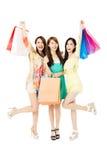 Jeune femme heureux avec des sacs à provisions Image libre de droits