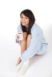 Jeune femme heureux avec du café dans des pyjamas Photographie stock