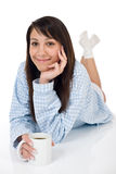 Jeune femme heureux avec du café dans des pyjamas Images libres de droits