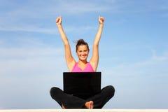 Jeune femme heureux avec l'ordinateur portatif Images libres de droits