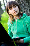 Jeune femme heureux avec l'ordinateur portatif Photographie stock libre de droits