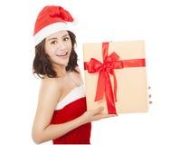 Jeune femme heureux avec le cadre de cadeau de Noël Photographie stock libre de droits