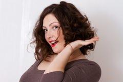 Jeune femme heureux avec le cheveu bouclé malpropre Photos stock