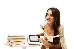 Jeune femme heureux avec les livres et l'ebook Photos libres de droits