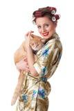 Jeune femme heureux avec un chat. Image stock