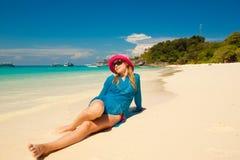 Jeune femme heureux contre la mer Photographie stock libre de droits