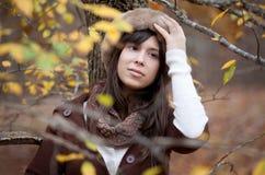 Jeune femme heureux dans l'automne photographie stock libre de droits