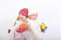 Jeune femme heureux de l'hiver deux avec la cuvette de thé Photos libres de droits