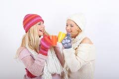 Jeune femme heureux de l'hiver deux avec la cuvette de thé Image libre de droits